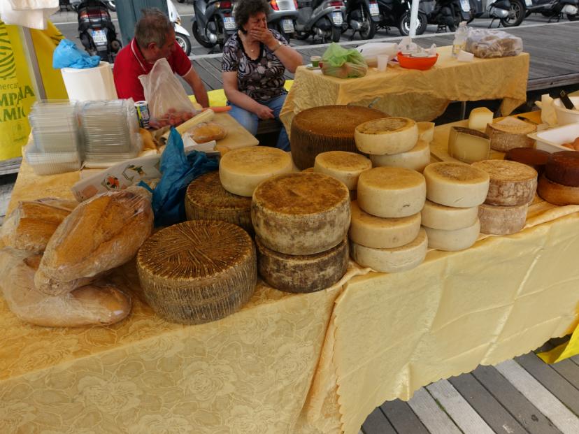 сыр в порту Генуи