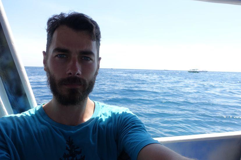 я еду на лодке нырять с маской и трубкой на Гили
