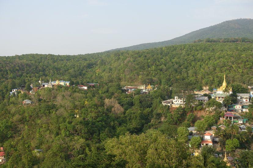 деревня около горы Попа