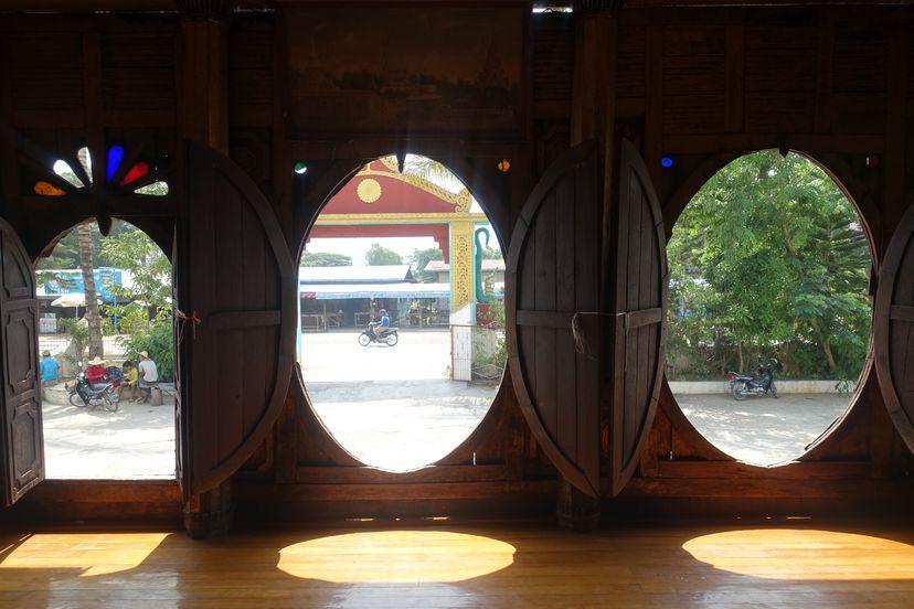 храм с овальными окнами