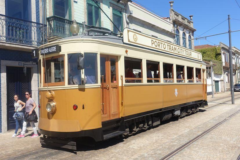 старинный трамвай Порто