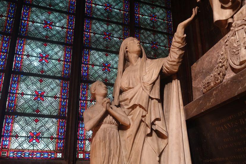 статуя в Нотр-Дам-де-Пари