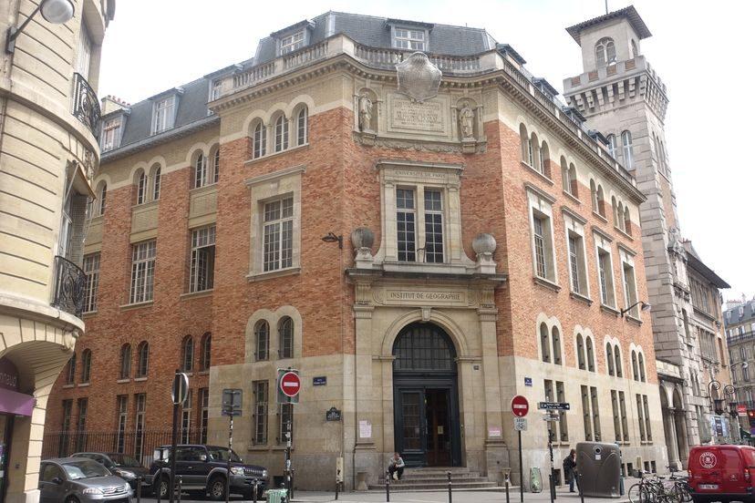 кирпичное здание в Париже