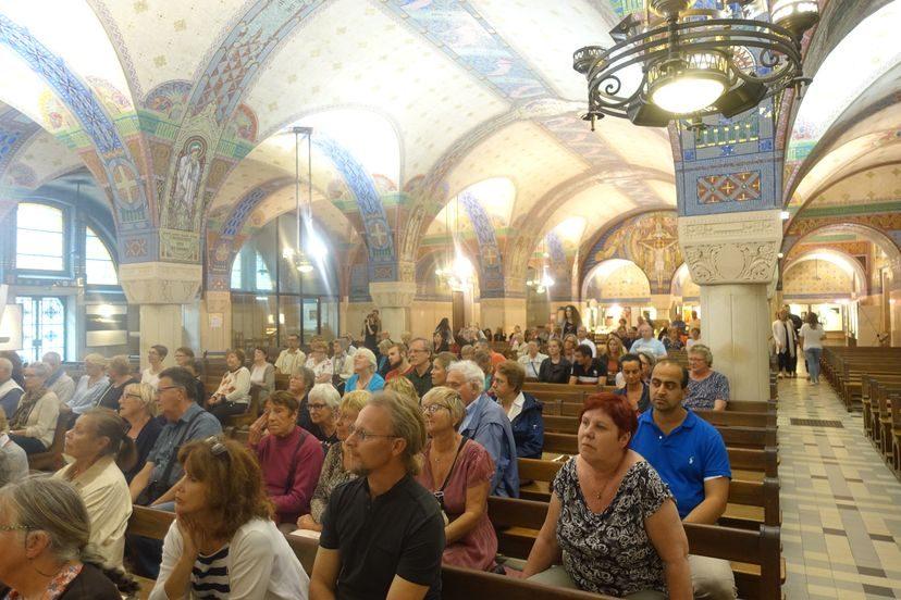 люди на хоре во Франции