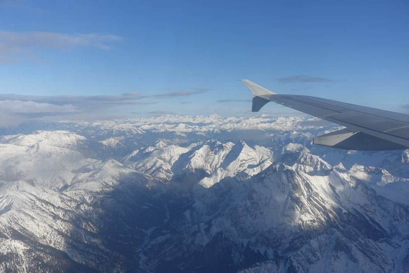 горы из окна самолете