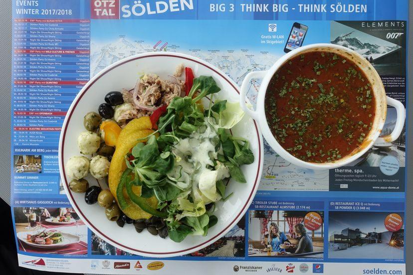 суп гуляш венгерского происхождение и салатная тарелка в ресторане на склоне в Зельдене