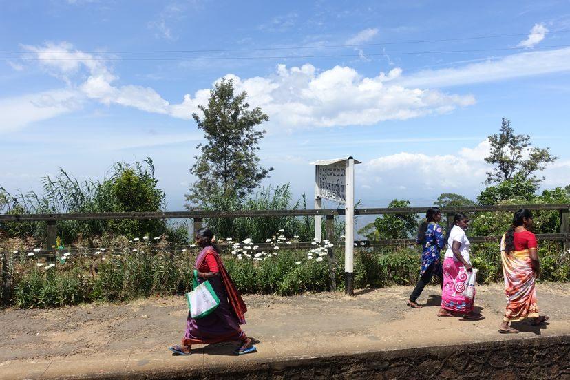 ланкийки и тамильские женщины на жд станции на Шри-Ланке