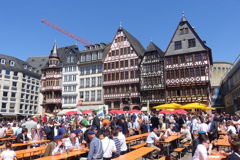праздник пива и сосисок в Франкфурте