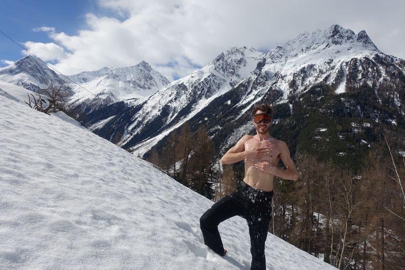 солнце и обтирание снегом в Альпах