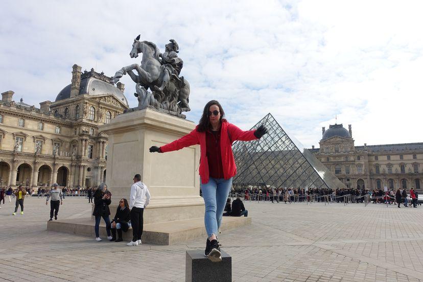 импровизация у Лувра в Парже