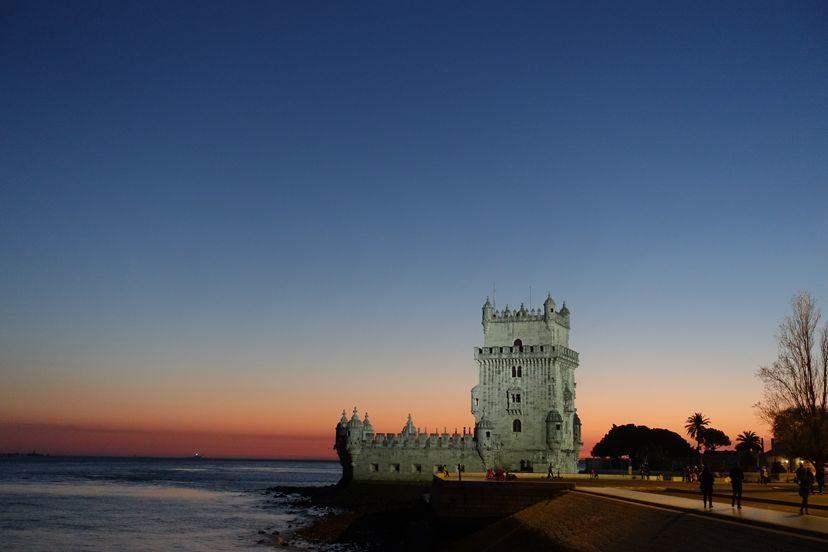 колоритная Белен башня на закате в Лиссабоне